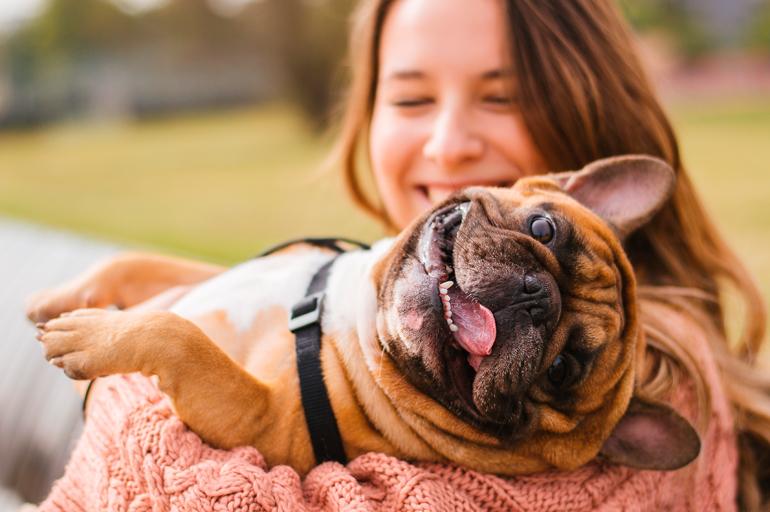perro-castrado-feliz-con-su-dueña